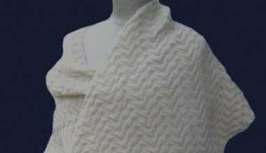 Omslagdoek van zuiver scheerwol, breipakket met patroon en wol.