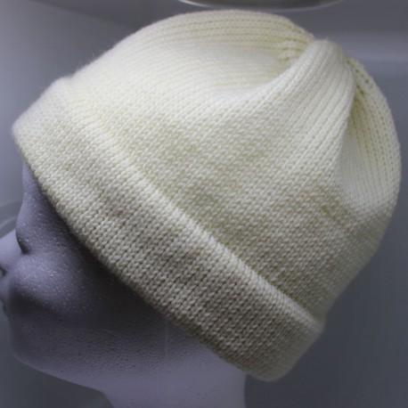 Gebreide muts van zeer fijne naturel scheerwol, tricot steek, maat L