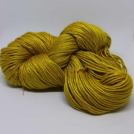 Brei een sjaal van deze oker-gele merino met zijde.