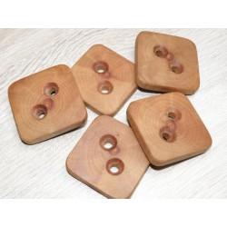 Pruimenhouten, vierkante ( 4 x 4 x 0.6 cm) grote handgemaakte knopen. Afgewerkt met was en olie.