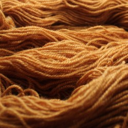 Handgeverfde sokkenwol (Wol met Rami). Oker , 300m/100gr,Pen 3.5-4