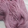 Handgeverfde wol met zijde en rami. Licht Aubergine. Wit
